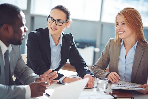 Businesspeople discuter lors d'une réunion