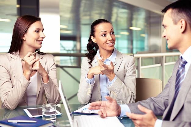 Businesspeople discuter d'un plan financier