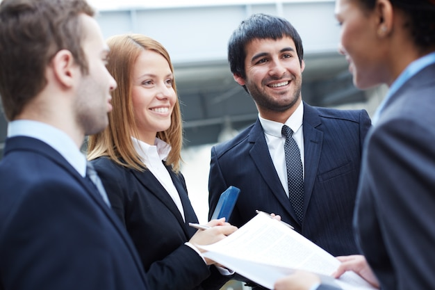 Businesspeople discuter