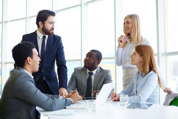 Businesspeople écoutant leur collègue parler