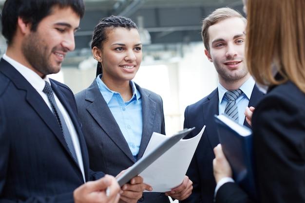 Businesspeople planification de la prochaine étape