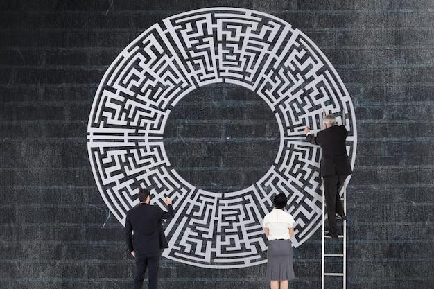 Businesspeople résoudre un labyrinthe