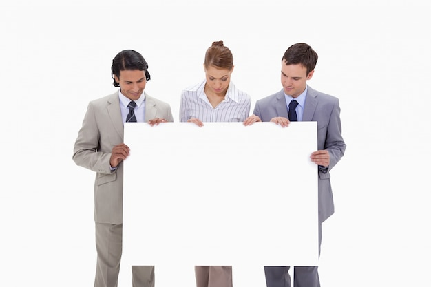 Businessteam regardant signe vierge dans leurs mains