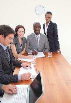Businessteam travaillant ensemble dans une réunion