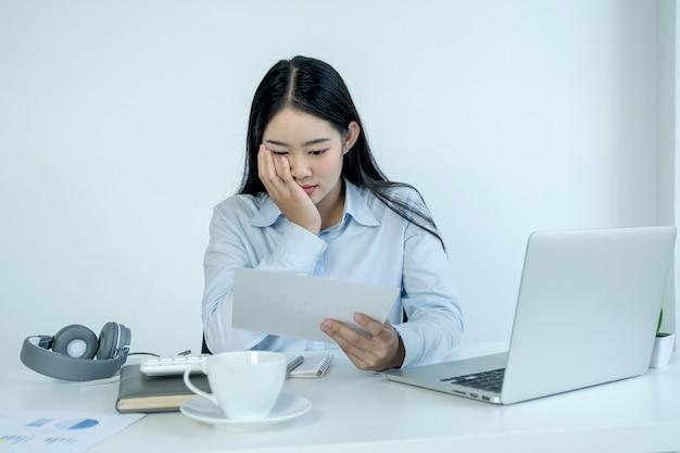 Businesswoman analyse le graphique et réunion de vidéoconférence avec un ordinateur portable au bureau à domicile pour définir des objectifs commerciaux difficiles et planifier pour atteindre le nouvel objectif.