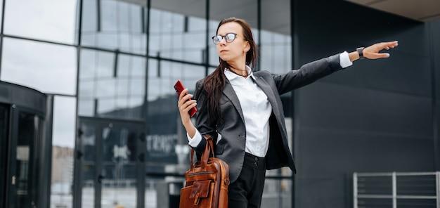 Businesswoman attrape un taxi