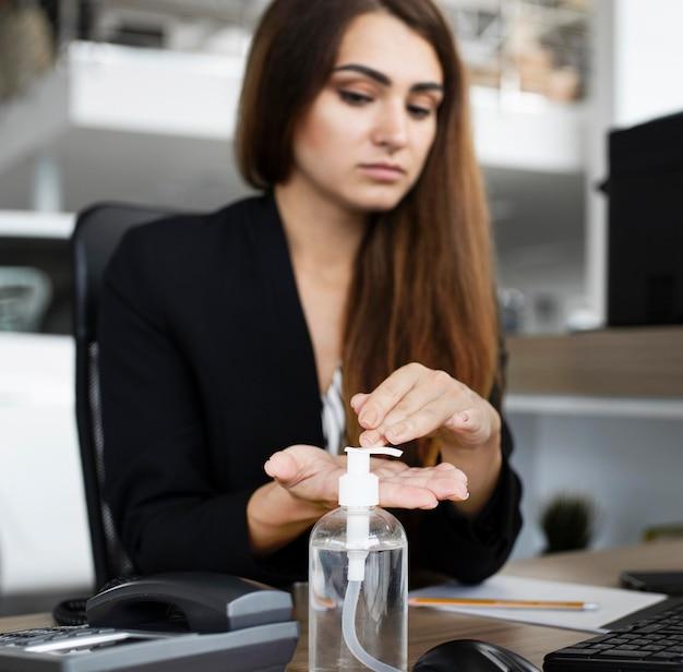 Businesswoman désinfecter les mains