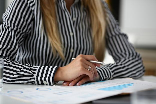 Businesswoman discuter des termes du contrat et conclure une bonne affaire