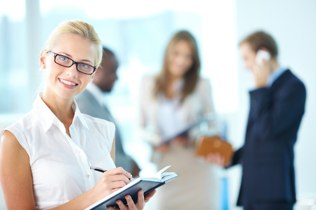 Businesswoman espace de décision sur le calendrier