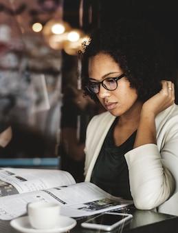 Businesswoman lisant les nouvelles quotidiennes