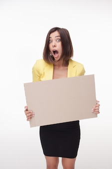 Businesswoman montrant conseil ou bannière avec espace copie sur fond blanc