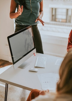 Businesswoman pitching dans son idée lors d'une réunion