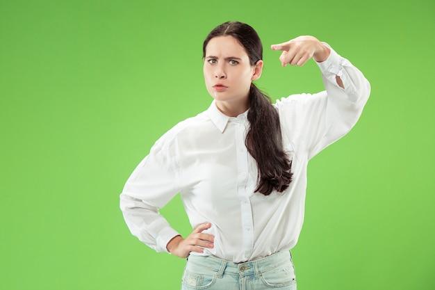 Businesswoman point vous posant sur vert