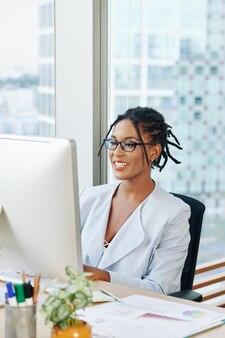 Businesswoman reading rapport annuel