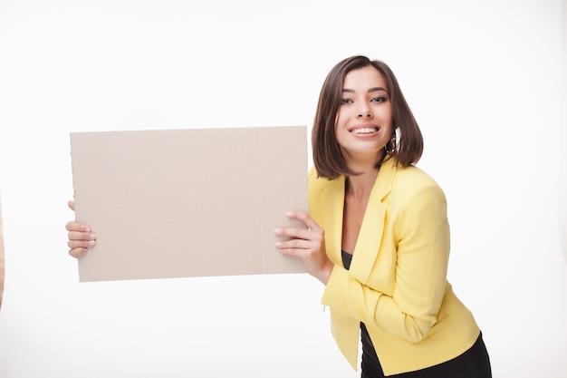 Businesswoman showing board ou une bannière avec copie espace sur fond blanc
