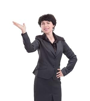 Businesswoman tient quelque chose de virtuel dans sa paume.isolé sur fond blanc