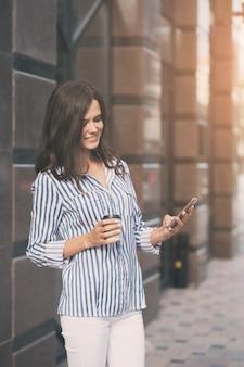 Businesswoman utilise un téléphone mobile.