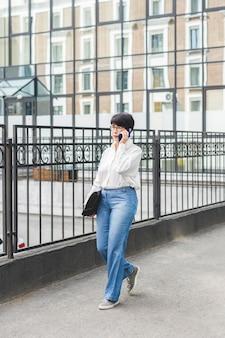 Businesswoman walking et tenant un portefeuille
