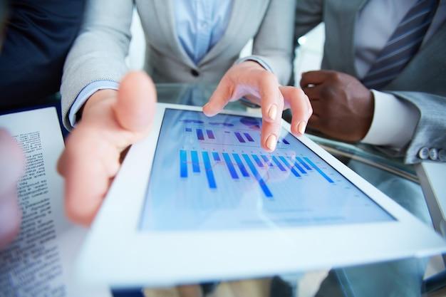 Busineswoman tenant une tablette numérique avec des données