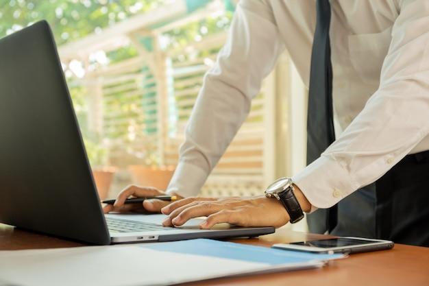 Bussinessman travaillant sur un ordinateur portable au bureau.