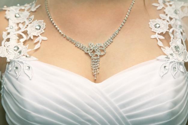 Buste de la mariée avec la décoration agrandi. mode et beauté des femmes