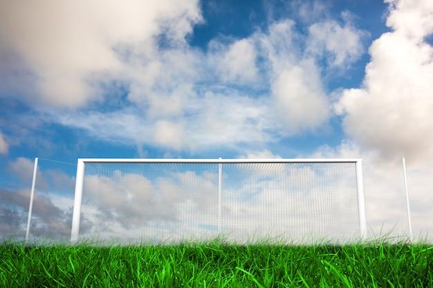 But de football sous un ciel bleu nuageux