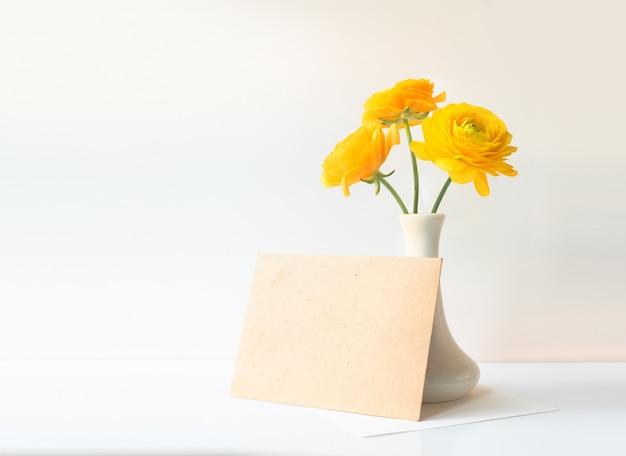 Buttercup fleurs dans un vase.
