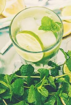 Buvez du citron vert et de la menthe. photo. aliments.