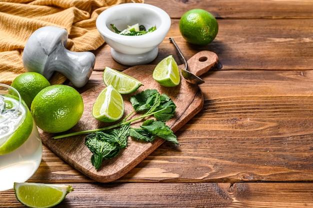Buvez des outils et des ingrédients pour le cocktail, la limonade, le mojito.