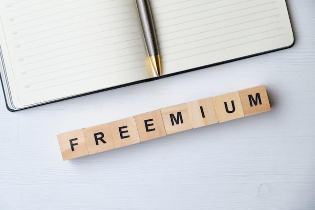 Buzzword entreprise moderne - freemium sur des blocs de bois