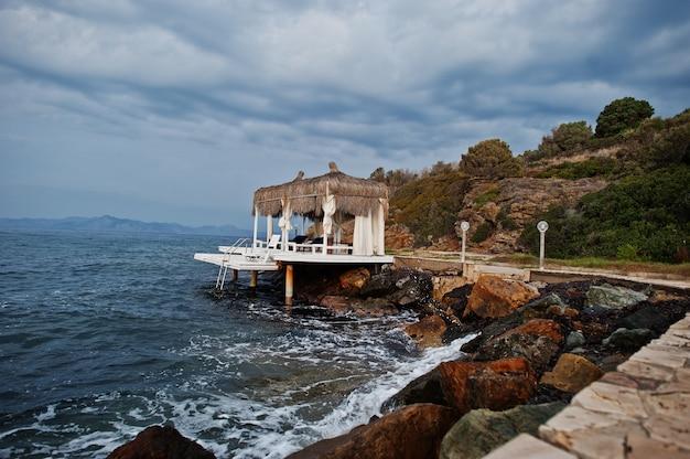 Cabanas sur la mer dans une station balnéaire