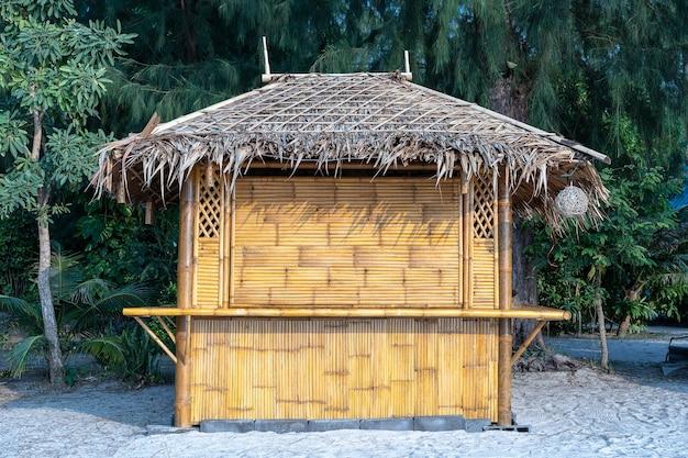 Cabane en bambou sur la plage de sable tropicale de l'île de koh phangan, thaïlande, gros plan