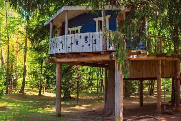 Cabane bleue pour enfants en forêt aire de jeux écologique joyeux été à la campagne