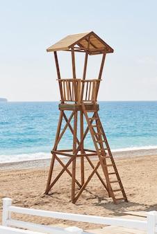 Cabane en bois de plage en espagne pour la garde côtière.