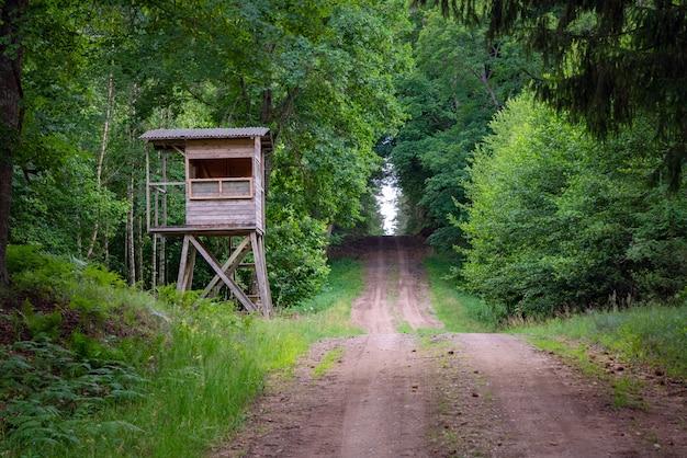Cabane de chasseurs dans la forêt au bord de la route. tour du chasseur ou poste de guet dans le désert.