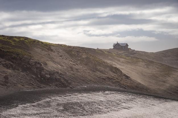 Cabane islandaise sur le paysage volcanique avec vue spectaculaire sur le sentier de randonnée fimmvorduhals. islande.