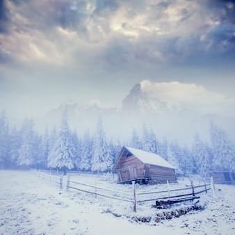 Cabane à la montagne en hiver