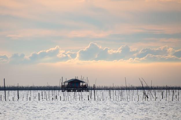 Cabane de pêcheur sur la mer province de chonburi