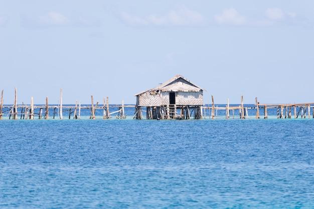 Cabane de pêcheur à sulawesi en indonésie