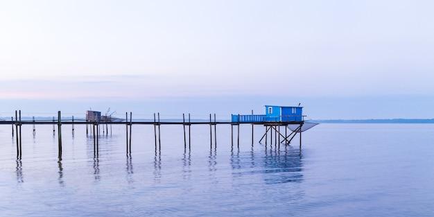Cabane de pêcheurs au coucher du soleil bleu dans la baie d'yves, france