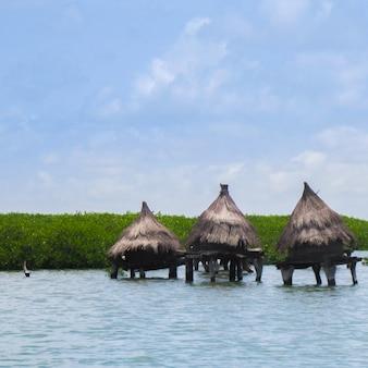Cabanes dans le milieu d'un lac