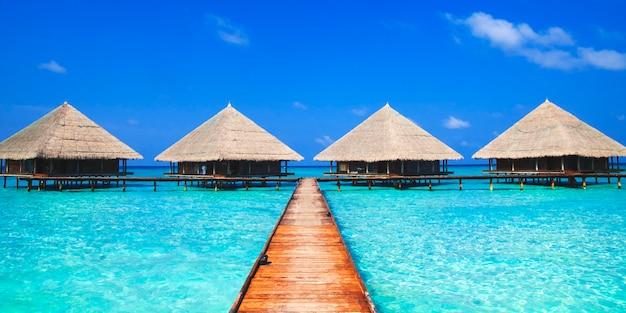 Cabanes sur la mer bleue