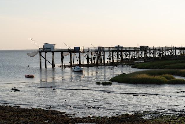 Cabanes de pêche sur pilotis à fouras au coucher du soleil aquitaine france