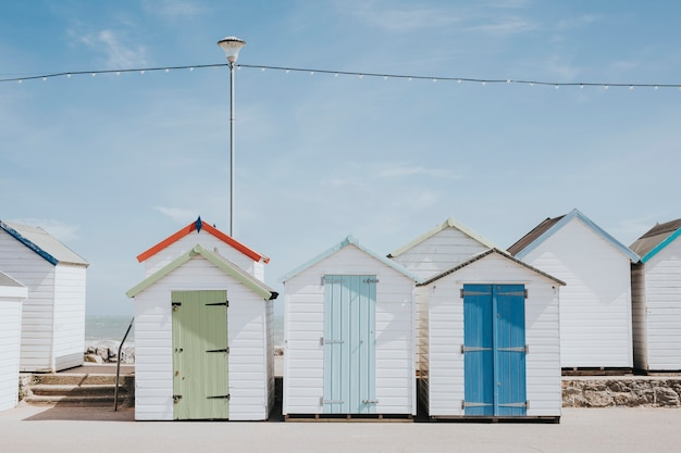 Cabanes de plage pastel au bord de la plage