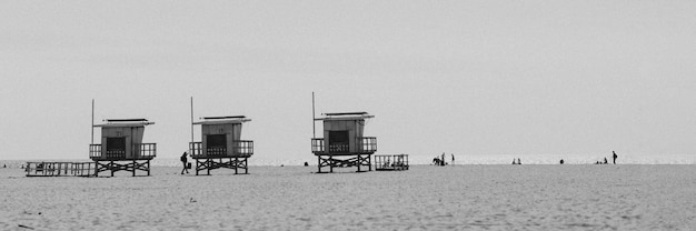 Cabanes de sauveteur sur une plage de los angeles