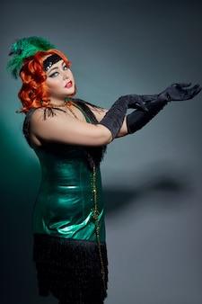 Cabaret rétro femme grassouillette aux cheveux rouges