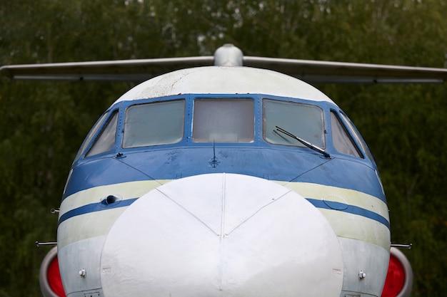 Cabine d'un ancien gros plan d'avion militaire.