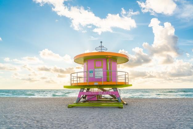 Cabine au lever du soleil sur la plage de miami, floride, états-unis
