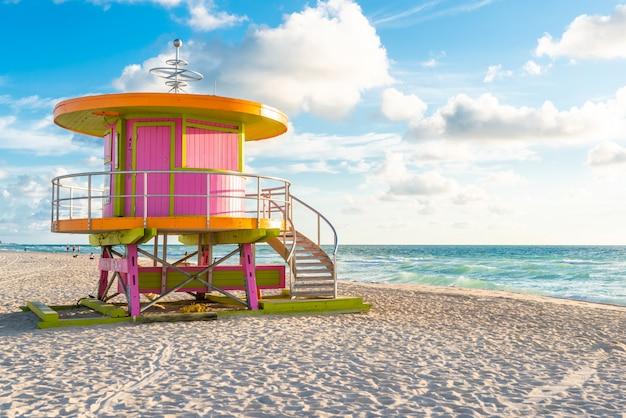Cabine au lever du soleil sur la plage de miami, floride, usa