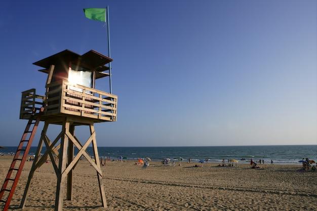 Cabine en bois sur la plage pour la garde côtière